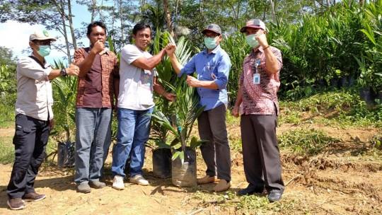 Penyerahan simbolis penjualan perdana bibit kelapa sawit Disbun Kukar